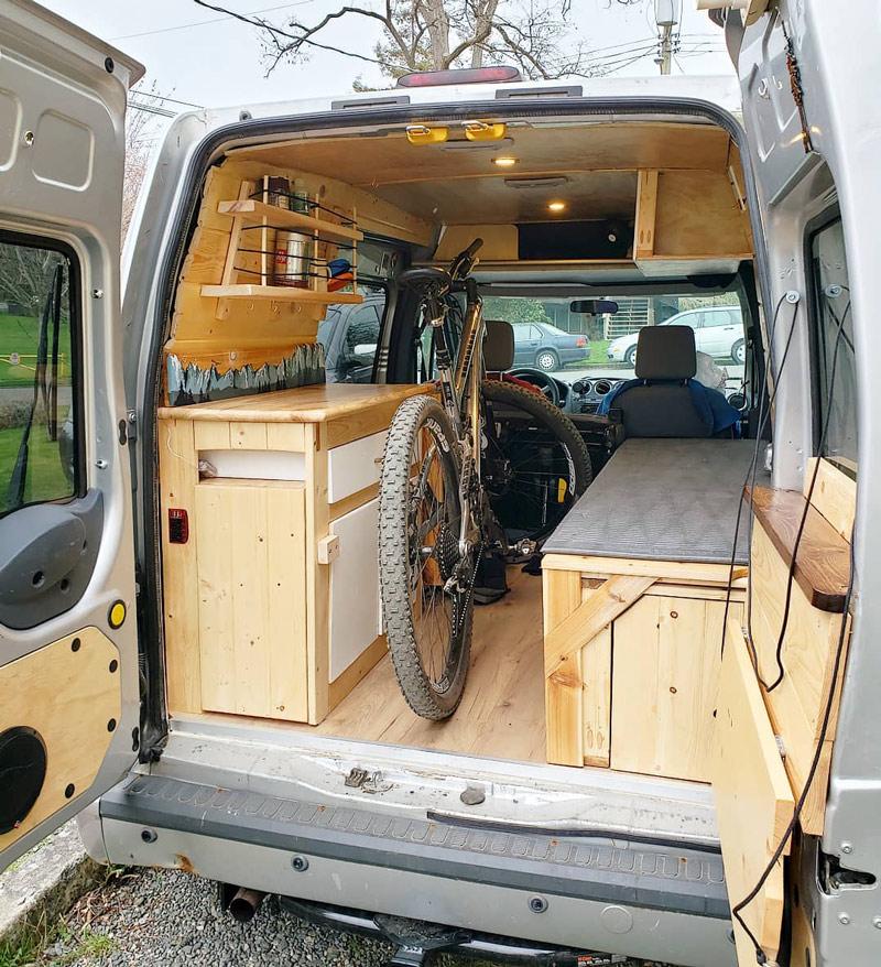vivir en una conversión de camioneta camper ford transit connect