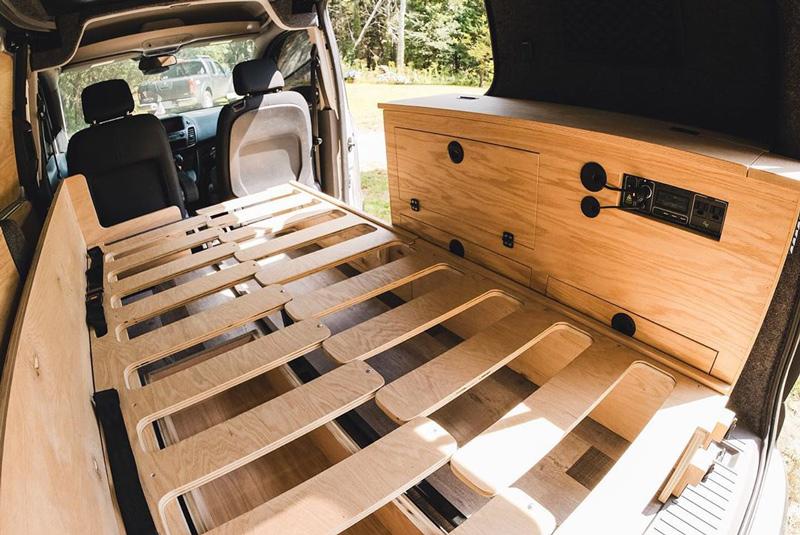 diseño de cama deslizante e instalación de panel solar en un ford transit connect