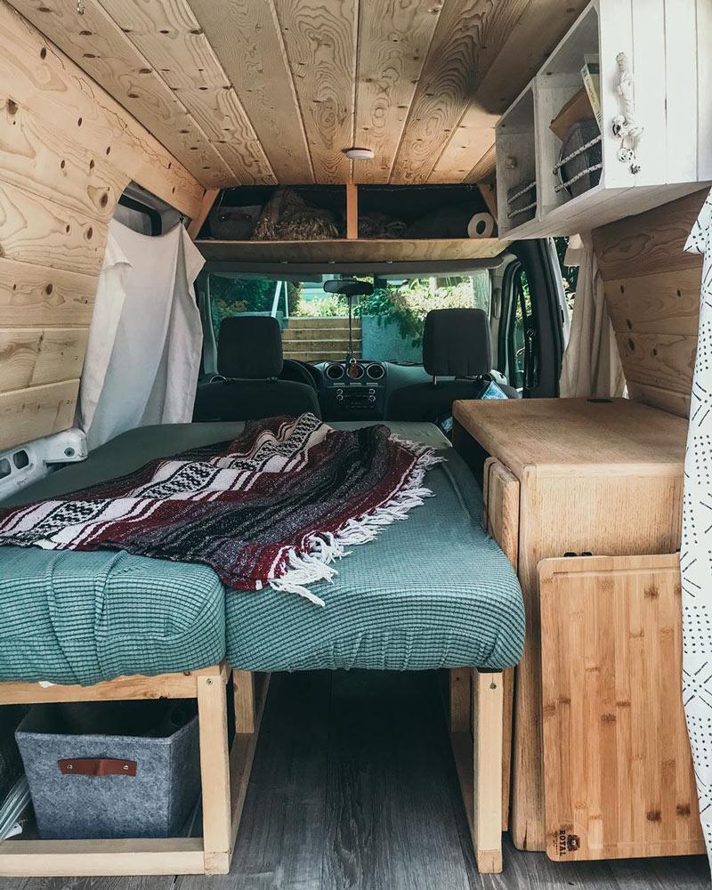 dormir y acampar en una conversión ford transit connect