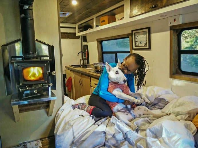 Calentar una caravana con una mini estufa de leña