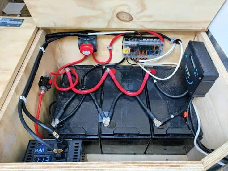 Combinando baterías para aumentar la capacidad de una instalación de paneles solares de vida útil de camionetas