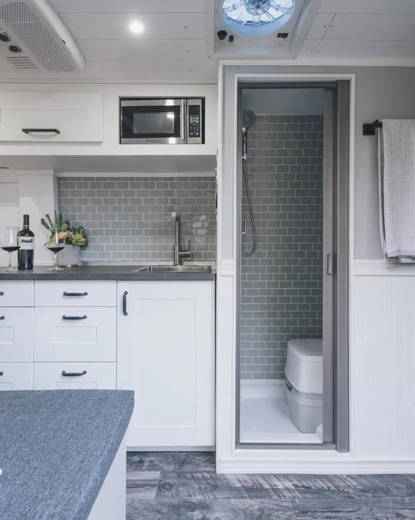 Inspiración de inodoros y duchas, para una vida fuera de la red