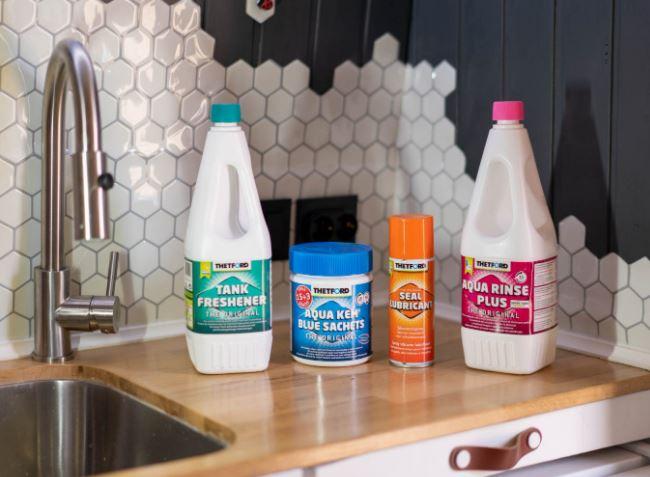 Cómo agregar desodorante / desinfectante químico a un inodoro químico