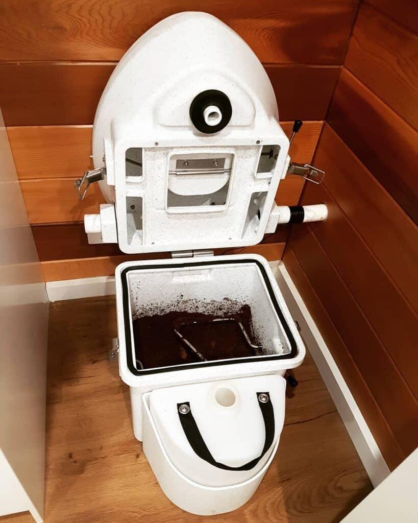 Cómo tirar un inodoro de compostaje